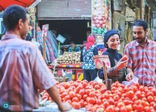 «محمد وحسناء» يستعدان للزواج بجلسة تصوير فى سوق الخضار