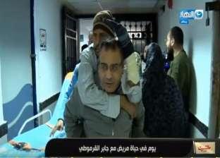 القرموطي يتعرض لهجوم من مسؤولي معهد الكلى بسبب حمله مريضا على ظهره