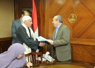 بالصور  محافظ كفر الشيخ يسلم 7 عقود تقنين أراضي وضع اليد للمستفيدين