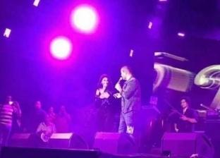 """دينا الشربيني ترقص على """"مسرح جامعة مصر"""" مع عمرو دياب"""