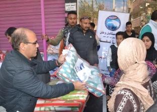 """""""مستقبل وطن"""" بالسويس يوزع بطاطين على فقراء قرية """"عامر"""" في حي الجناين"""