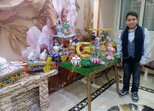 «أندرو» يصنع فوانيس رمضان من المخلفات البيئية ويقدمها لجيرانه