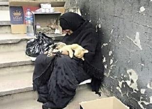 «أم خالد» تبيع المناديل لتصرف على القطط: بأكّلهم «دراى فود»