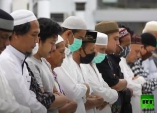 آلاف المصلين يتواجدون في مسجد بيت الرحمن بإندونيسيا رغم كورونا