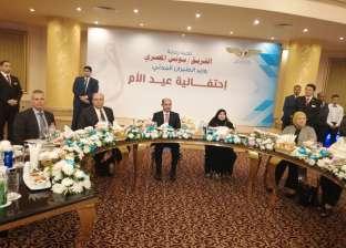وزير الطيران يكرم 47 سيدة في احتفالية عيد الأم