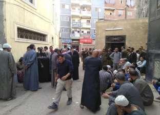 تجمهر أولياء أمور طلاب أمام مدرسة بعد أنباء عن تسمم طالب بكفرالشيخ