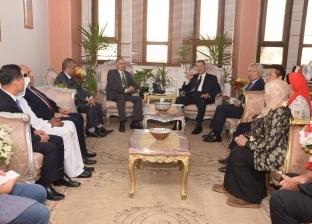"""محافظ بني سويف يبحث مع وفد """"العربي الإفريقي للتنمية"""" الفرص الاستثمارية"""
