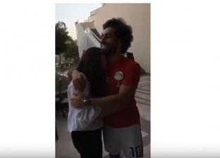 """عمرو أديب يصف منتقدي """"حضن صلاح"""" بـ""""الذباب الإلكتروني"""": """"زي بنته مكة"""""""