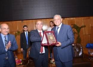 جامعة أسيوط تهدي محلب درعا تقديرا لجهوده في خدمة الوطن