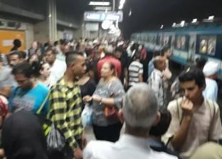 """تكدس الركاب بمحطة مترو """"السادات"""" لتأخر مواعيد القطارات"""