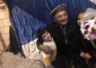 """أطفال يحتفلون بـ""""عيد الميلاد"""" بتوزيع ورود على رجال الأمن في المنيا"""