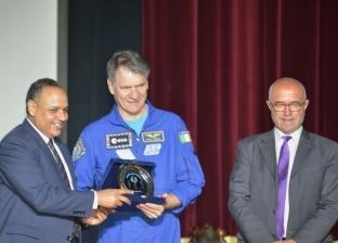 """منح رائد الفضاء """"باولو نيسبولي"""" درع أكاديمية البحث العلمي"""