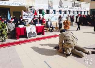 """طالبات يرتدين الزي العسكري في تكريم والدي شهيد بـ""""وسط التعليمية"""""""