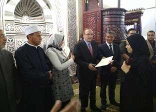 """محافظ بني سويف يسلم شهادات """"أمان"""" لـ23 امرأة معيلة"""