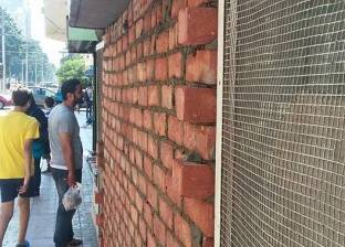 غضب أصحاب أكشاك محطات الترام في الإسكندرية بسبب غلقها