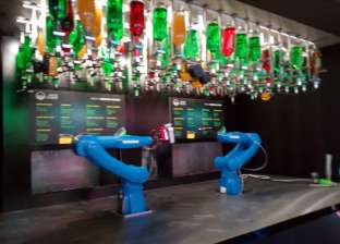 """في """"جيتكس دبي"""".. """"روبوت"""" بذراعين لعمل العصير وتقديمه في لحظات"""