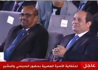 """في إستاد القاهرة.. السيسي يحضر بأغصان الزيتون ومرسي بـ""""إرهاب الأشقاء"""""""