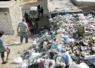 أهالى «الورديان» يحرقون تلال القمامة على شريط «الترام»