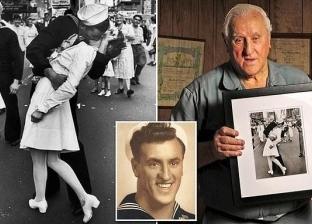 """وفاة صاحب أشهر """"قبلة"""" في التاريخ عن عمر ناهز 95 عاما"""