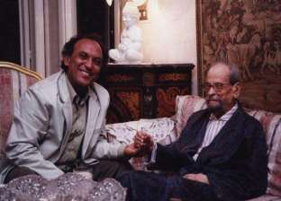 بالصور| في ذكرى وفاته الـ11.. حال تمثال نجيب محفوظ بعين صانعه