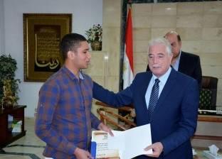 تكريم شقيق الشهيد نقيب محمود العواد لتفوقه بالثانوية في جنوب سيناء