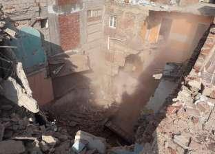 بالصور| سقوط عقار وسط الإسكندرية وتدمير سيارة دون خسائر بشرية
