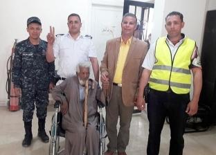 """""""عبد السلام"""" مسحراتي الغردقة الكفيف يدلي بصوته في الاستفتاء"""