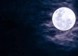 علماء يبحثون ألغاز كوكب الأرض تحت سطح القمر