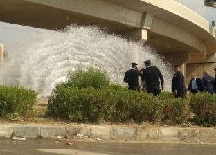 بالصور| انفجار ماسورة مياه بمحور المشير.. وارتباك بحركة المرور بالتجمع