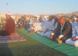 بالصور| رئيس مدينة دهب يؤدي صلاة العيد في ساحة مركز شباب العصلة