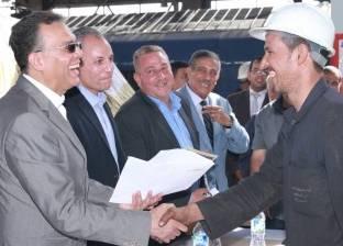 """وزير النقل يشارك عمال السكك الحديد الاحتفال بعيد العمال بـ""""ورش الفرز"""""""
