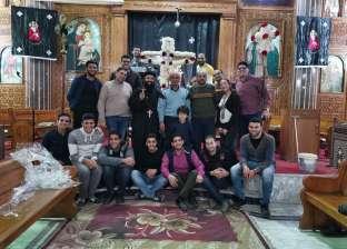 """صليب ورود.. خدام الكنيسة يجهزون """"دكة صلبوت الجمعة العظيمة"""" بالإسكندرية"""