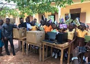 """""""ميكروسوفت"""" تهدي مدرس من غانا أجهزتها.. حول """"السبورة"""" لكمبيوتر"""