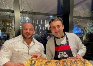 الشيف «بوراك» يربك «بيج رامي».. والبطل المصري يصارعه في مطعمه بدبي (فيديو)