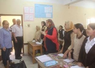 بالصور  رئيس دسوق يتفقد المدارس للتأكد من تسليم الكتب دون قيد