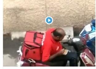 بالفيديو  على غرار محمد هنيدي.. «دليفري» يأكل الطعام قبل توصيله