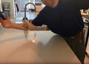 وعد زوجته بإرسال مقطع مثير.. فيديو لرجل ينظف المطبخ يجتاح الإنترنت