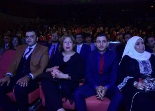 صور.. بكاء سمية الألفي أثناء تكريم اسم فاورق الفيشاوي بالقومي للمسرح
