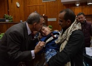 """محافظ أسيوط يسلم بطاطين وشهادات """"أمان"""" وكراسي متحركة للأسر الأكثر فقرا"""