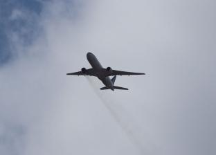 راكب يوثق لحظة احتراق محرك طائرة في الجو بالولايات المتحدة (فيديو)