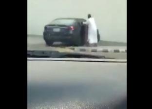 فيديو.. مقطع صادم لأب يعاقب ابنته بالسعودية: ضرب رأسها في زجاج السيارة