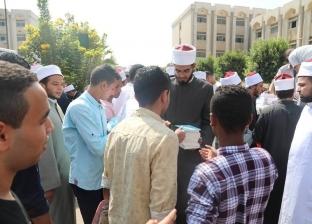 """""""البحوث الإسلامية"""": توزيع إصدارات المجمع هدية للطلاب والطالبات الجامعة"""