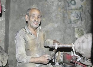 تلميع المعادن يصبغ حياة «عبدالعزيز» بالرمادى: هباب x هباب