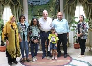 محافظ جنوب سيناء يوزع العيدية والحلوى على الأطفال