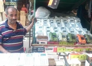 بعد اختفائها من السوق.. عم محمد يبيع تليفونات أرضية من التسعينيات