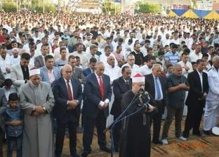 آلاف المواطنين يؤدون صلاة العيد بمسجد الميناء في الغردقة بحضور المحافظ