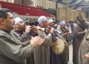 """أهالي الإسكندرية يشاركون في الاستفتاء بـ""""المزمار البلدي"""""""