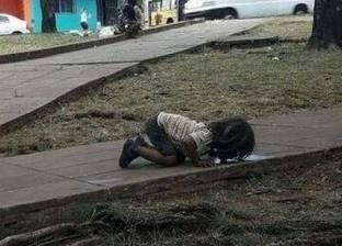 """""""لو كان الفقر رجلا"""".. قصة صورة طفلة تشرب من """"ماء قذر"""" هزت العالم"""