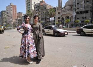 7 فتيات بـ«الدانتيل والمنفوش» فى شوارع المنصورة: عودة للأزياء الكلاسيكية