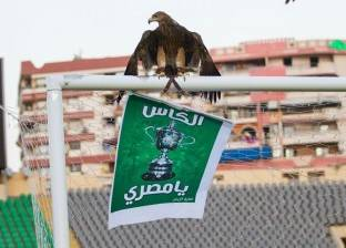 """العُقاب """"كاندي"""" يطير داخل استاد بورسعيد بلافتة """"الكاس يا مصري"""""""